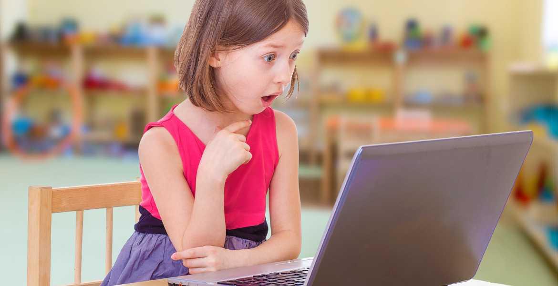 ילדה המומה מבניית אתר